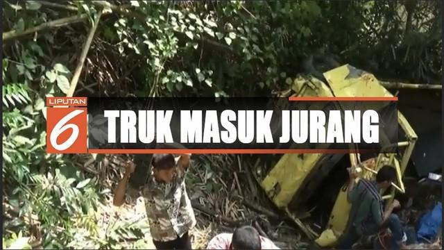 Insiden terjadi setelah truk yang tengah melintas di Desa Pamuntaran diseruduk bus Sampagul dari arah belakang.