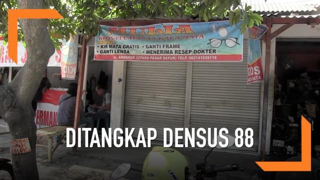 Seorang pedagang kaca mata ditangkap Densus 88 di Madiun, Jawa Timur, karena diduga sebagai teroris. Terduga ditangkap saat akan membuka tokonya.
