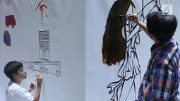 Penyandang disabilitas tampak serius saat melukis mural di kanvas sepanjang 20 meter di Balai Kota DKI Jakarta, Kamis (11/10). Kegiatan tersebut diadakan sebagai sarana untuk para penyandang disabilitas berkarya. (Liputan6.com/Immanuel Antonius)