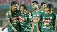 Gelandang PSS Sleman, Amarzukih, bersama rekannya merayakan kemanangan atas Semen Padang pada laga Liga 2 di Stadion Pakansari, Jawa Barat, Selasa (4/12). PSS menang 2-0 atas Semen Padang. (Bola.com/M. Iqbal Ichsan)