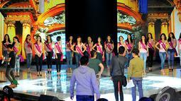 Panitia mengatur posisi para Finalis Micel 2014 di atas panggung saat melakukan gladi resik,  Jakarta, Jumat (24/10/2014) (Liputan6.com/Faisal R Syam)