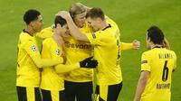 Pemain Borussia Dortmund merayakan gol yang dicetak Erling Braut Haaland ke gawang Club Brugge pada laga lanjutan Liga Champions di Signal Iduna Park, Rabu (25/11/2020) dini hari WIB. Borussia Dortmund menang 3-0 atas Club Brugge. (AFP/Leon Kuegeler/pool)