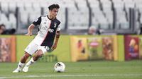 Penyerang Juventus, Paulo Dybala, menggiring bola saat melawan Lecce pada laga Serie A di Stadion Allianz, Jumat (26/6/2020). Juventus menang 4-0 atas Lecce. (AP/Fabio Ferrari)