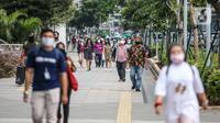 Suasana jam pulang kerja di jalur pedestrian kawasan Sudirman, Jakarta, Senin (22/6/2020). Pemprov DKI Jakarta menerapkan perubahan sif kerja untuk mengurangi kepadatan lalu lintas dan transportasi umum pada masa PSBB transisi. (Liputan6.com/Faizal Fanani).