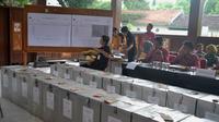 Proses rekapitulasi perolehan suara pilkada 2017 di PPK Junrejo Kota Batu, Jawa Timur (Zainul Arifin/Liputan6.com)