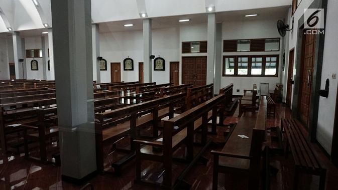 Bangku-bangku berjajar rapi usai penyerangan Gereja St Lidwina Bedog, Sleman, Yogyakarta, Minggu (11/2). (Liputan6.com/Arya Manggala)