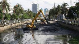 Alat berat mengeruk lumpur yang mengendap di Kali Besar, Kota Tua, Jakarta, Kamis (29/9). Pengerukan dilakukan untuk mencegah pendangkalan yang menjadi salah satu penyebab banjir di Ibu Kota. (Liputan6.com/Immanuel Antonius)