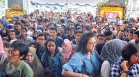 Ratusan peserta memadati pelataran Gedung Dhanapala Kementerian Keuangan, Jakarta, Selasa (31/1).  Para Pelajar tersebut mengantri untuk memasuki pameran pendidikan tinggi Lembaga Pengelola Dana Pendidikan (LPDP) Edufair 2017. (Liputan6.com/Angga Yuniar)