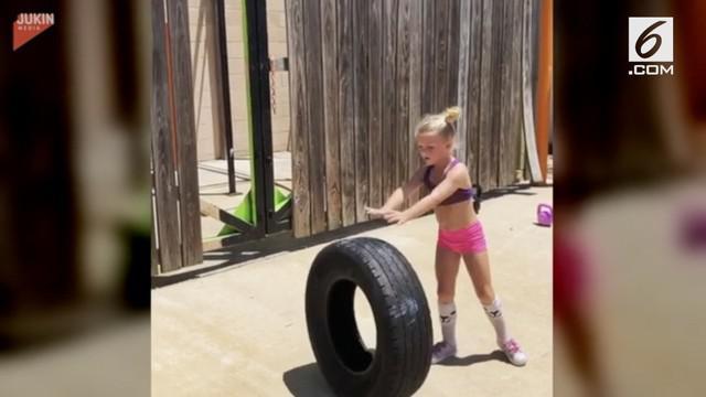 Melakukan olahraga yang biasa dilakukan oleh orang dewasa, gadis kecil ini sangat berani dan percaya diri.