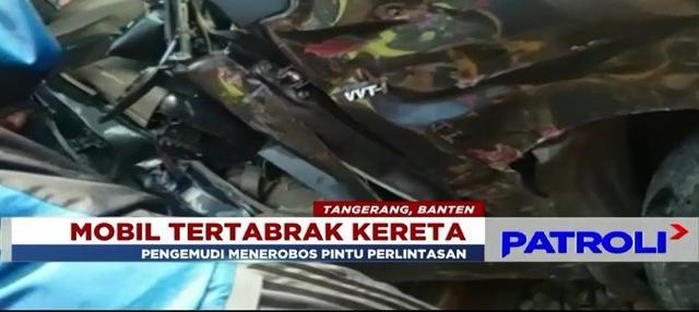 Akibat tak mengindahkan peringatan, sebuah mobil tertabrak kereta jurusan Jakarta - Tangerang di daerah Batu Ceper, Tangerang, lantaran menerobos palang pintu manual.
