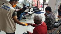 Satgas Prokes PON XX Papua Bagi-Bagi Masker