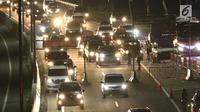 Sejumlah kendaraan pemudik menuju Gerbang Tol Brebes Timur (Brexit) di Brebes, Jawa Tengah, Jumat (23/6). Arus mudik di Jalan Tol Pejagan-Pemalang yang mengarah ke Brexit dan Gerbang Tol Kali Gangsa terpantau ramai lancar. (Liputan6.com/Gempur M Surya)