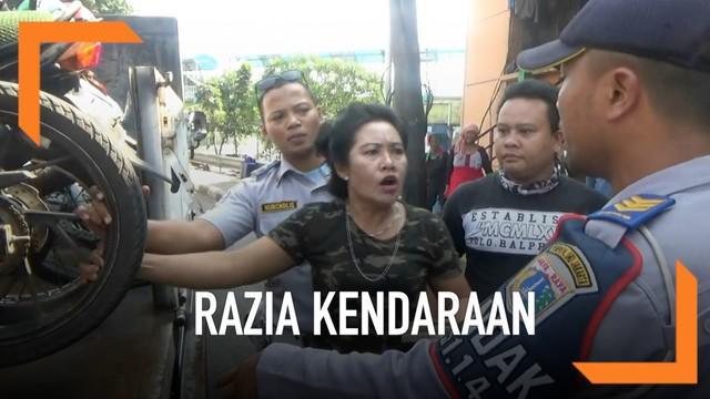 Seorang wanita tak terima motornya diangkut saat razia di Tanah Abang. Ia memprotes hingga sempat memukul dan menampar petugas Dinas Perhubungan.