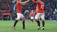 Phil Jones menilai kalau Wayne Rooney pantas mendapat penghargaan lebih dari publik Inggris. (AFP/Paul Ellis)
