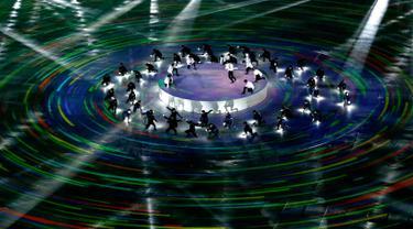 Boyband EXO memeriahkan upacara penutupan Olimpiade Musim Dingin 2018 di Pyeongchang, Korea Selatan, Minggu (25/2). EXO menghentak panggung Olimpiade PyeongChang dengan dua lagu hit mereka, Growl dan Power, dengan energik. (AP Photo/Charlie Riedel)