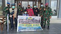 Lanal Mamuju menyerahkan bantuan kruk bagin penyandang difabel pasca gempa bumi 6,2 mangnitudo mengguncang Majene dan Mamuju (Foto: Liputan6.com/Abdul Rajab Umar)