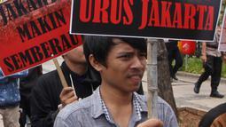 Massa dari Pergerakan Pemuda Jakarta (PPJ) melakukan aksi unjuk rasa di depan Balaikota, Jakarta, Senin (5/11). PPJ mengkritik realisasi rumah DP nol terkesan dipaksakan. (Merdeka.com/Arie Basuki)