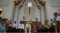 Sinta Nuriyah Wahid mengunjungi Gereja Santa Maria Tak Bercela (SMTB), salah satu gereja lokasi insiden ledakan bom di Surabaya, Jumat (8/6/2018). (Suarasurabaya.net/Istimewa)