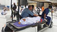 Petugas layani jemaah haji Indonesia yang sakit. (Kementerian Agama)
