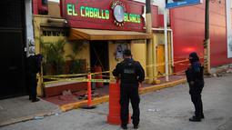 Polisi menjaga klub penari telanjang yang menjadi lokasi penyerangan di Coatzacoalcos, Veracruz, Meksiko, Rabu (28/8/2019). Kantor Kejaksaan Agung mengatakan serangan itu disengaja. (AP Photo/Felix Marquez)