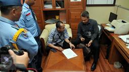 Penyidik KPK melakukan penggeledahan ruangan F-Partai Hanura Dewie Yasin Limpo di Gedung DPR,  Jakarta, Rabu (21/10). Dewie menjadi target operasi tangkap tangan terkait suap pemulusan proyek pembangkit listrik di Papua. (Liputan6.com/Johan Tallo)
