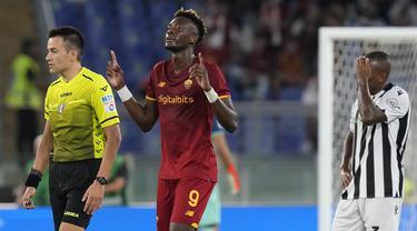 AS Roma berhasil kembali ke jalur kemenangan di Liga Italia musim 2021/2022 saat menghadapi Udinese setelah sempat mengalami kekalahan mengejutkan di giornata keempat. (AP/Gregorio Borgia)