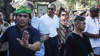 Mantan Presiden AS, Barack Obama dijaga ketat saat mengunjungi Pura Tirta Empul, Tampaksiring, Gianyar, Bali, Selasa (27/6). Kunjungan Obama tersebut mendapat sambutan antusias dari pengunjung yang memadati pura. (Liputan6.com/Immanuel Antonius)