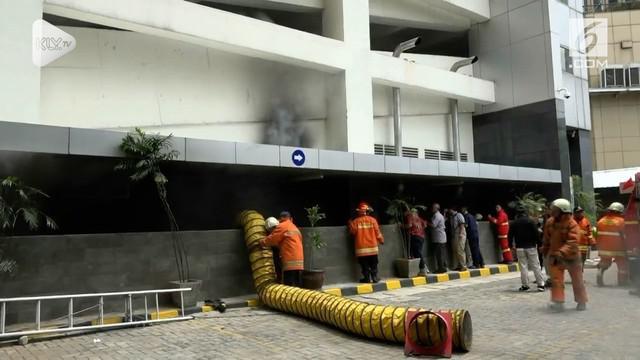 Kebakaran panel listrik di gedung Kementerian Pemberdayaan Perempuan dan Perlindungan Anak (PPPA). Akibat kebakaran ini karyawan panik karena alarm kebakaran berbunyi