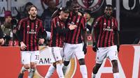 Para pemain AC Milan merayakan gol ke gawang Ludogorets pada leg kedua babak 32 besar Liga Europa, di San Siro, Milan, Kamis (22/2/2018). (AFP/Marco Bertorello)