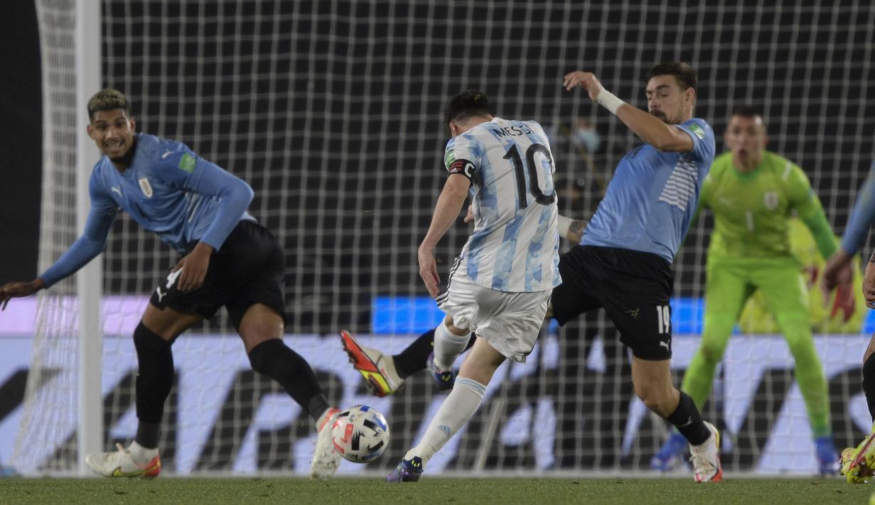 Kapten Timnas Argentina, Lionel Messi, menyumbangkan satu gol saat timnya menang 3-0 atas Uruguay pada laga lanjutan kualifikasi Piala Dunia 2022 zona CONMEBOL di Estadio Monumental Antonio Vespucio Liberti, Senin (11/10/2021). (AFP/Juan Mabromata)