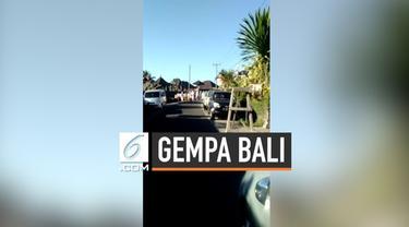 Gempa berkekuatan magnitudo 6 mengejutkan warga Bali. Sejumlah warga panik berhamburan keluar rumah dan bangunan untuk selamatkan diri.