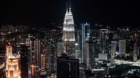 Gambar pada 14 Februari 2019 menunjukkan Menara Kembar Petronas dan cakrawala kota yang terlihat dari dek observasi Menara Kuala Lumpur di ibu kota Malaysia. Dari sini pengunjung bisa mengamati segala penjuru kota Kuala Lumpur. (Mohd RASFAN / AFP)