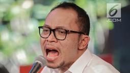 Aksi Menteri Ketenagakerjaan M. Hanif Dhakiri saat menyanyikan sebuah lagu saat hadir menjadi bintang tamu dalam acara KLY Lounge di Gedung KLY, Gondangdia, Jakarta, Jumat (5/10). (Liputan6.com/Faizal Fanani)