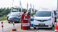 Kendaraan mengisi BBM di kios Pertamina tol fungsional Brebes Timur-Gringsing, Tegal, Jawa Tengah, Jumat (30/6). Ketersedian BBM dengan stok premium 1,253 juta KL atau cukup untuk 23 hari, pertalite 1,137 juta KL (20 hari). (Liputan6.com/Faizal Fanani)