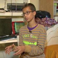 Ahmed Mohamed ditangkap hanya gara-gara jam buatannya dibilang mirip bom. Dia diseret dengan borgol layaknya teroris.