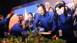 Ketum Partai Demokrat  Agus Harimurti Yudhoyono didamping istri Annisa Pohan memotong tumpeng usai terpilih secara aklamasi saat Kongres V Partai Demokrat di JCC, Jakarta, Minggu (15/3/2020). AHY menggantikan Susilo Bambang Yudhoyono menjadi ketum partai. (Liputan6.com/Angga Yuniar)