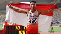 Sprinter Indonesia, Lalu Muhammad Zohri mengibarkan bendera Merah Putih seusai mengikuti kategori 100 meter dalam semifinal Kejuaraan Atletik Asia di Doha, Qatar, Senin (22/4). Lalu Muhammad Zohri sukses menggondol medali perak setelah membukukan catatan waktu 10,13 detik. (AP/Vincent Thian)