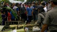 Warga menutup Jalan Raya Serang KM 19, Cikupa, Kabupaten Tangerang, Banten.