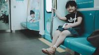 Potret Arsy Hermansyah Belajar Naik MRT (sumber: instagram/@queenarsy)