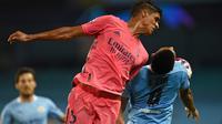 Raphael Varane berduel dengan Gabriel Jesus dalam duel Manchester City kontra Real Madrid, leg kedua 16 besar Liga Champions 2019/2020 di Etihad Stadium, Manchester, Sabtu (8/8/2020). (AFP/Oli Scarff)