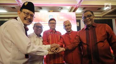 Menteri Dalam Negeri Tjahjo Kumolo (tengah) berjabat tangan seusai deklarasi Menjaga Kedaulatan Data Kependudukan di Jakarta, Rabu (15/8). Deklarasi tersebut sebagai komitmen dukungan integritas pemanfaatan data kependudukan. (Liputan6.com/Faizal Fanani)
