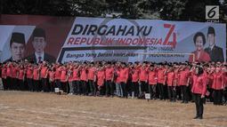 Ratusan kader dan simpatisan partai PDIP hadir mengikuti upacara HUT ke-74 RI di Jakarta, Sabtu (17/8/2019). Upacara HUT ke-74 Kemerdekaan RI tersebut diikuti ribuan kader dan simpatisan partai PDIP. (Liputan6.com/Faizal Fanani)