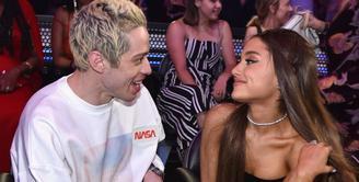 Ariana Grande menceritakan mengenai cara Pete Davidson melamarnya. (Getty Images - Cosmopolitan)