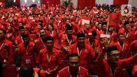 Peserta mengibarkan bendera Merah Putih saat pembukaan Rakernas I dan HUT ke-47 PDI Perjuangan di JIEXPO Kemayoran, Jakarta, Jumat (10/1/2020). Rakernas ini bertajuk 'Solid Bergerak Wujudkan Indonesia Negara Industri Berbasis Riset dan Inovasi Nasional'. (Liputan6.com/Johan Tallo)