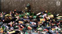 Ribuan botol minuman keras (miras) ilegal dihancurkan dengan menggunakan alat berat di Lapangan Silang Monas Tenggara, Jakarta, Senin (27/5/2019). Pemprov DKI memusnahkan 18.174 botol miras tanpa izin hasil penertiban periode Januari 2019 hingga Mei 2019. (merdeka.com/Iqbal S Nugroho)
