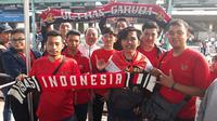 Suporter Timnas Indonesia U-23 di Stasiun Manggarai, Jakarta, Minggu (12/8/2018), jelang laga melawan China Taipei pada matchday pertama penyisihan Grup A Asian Games 2018. (Bola.net/Fitri Apriani)