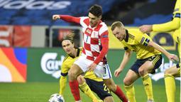 Gelandang Kroasia, Josip Brekalo, diburu para pemain Swedia dalam laga UEFA Nations League Grup 3 di Friends Arena, Solna, Swedia, Minggu (15/11/2020) dini hari WIB. Kroasia menyerah 1-2 dari Swedia. (AFP/Henrik Montgomery/TT News Agency)
