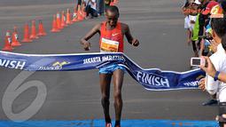 William Chebor pelari asal Kenya merupakan pelari pertama yang memasuki garis finish dengan total waktu 2.14.30 dalam jarak lari Marathon 42,195 km (Liputan6.com/Andrian M. Tunay)