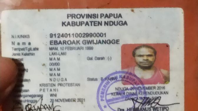 Sebuah KTP milik warga Nduga yang ditemukan pada sebuah honai dengan puluhan amunisi. (Liputan6.com/Katharina Janur/Kodam Cenderawasih)