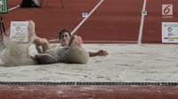 Atlet Indonesia Maria Natalia Londa mendarat di pasir saat final lompat jauh putri atletik 18th Asian Games Invitation Tournament di Stadion Utama GBK, Minggu (11/2). Maria menambah perolehan emas Indonesia di turnamen ini. (Liputan6.com/Faizal Fanani)